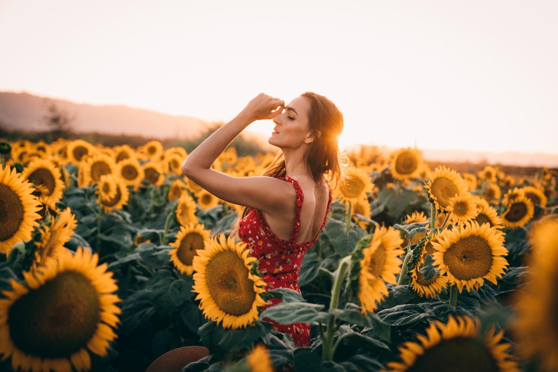 Femme-sur-champ-de-tournesol-huile-Bio